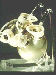 ИСКУССТВЕННОЕ СЕРДЦЕ - модель искусственного сердца, разработанного в Берлине. Эта модель была впервые имплантирована профессором Хетцером в 1987 г.
